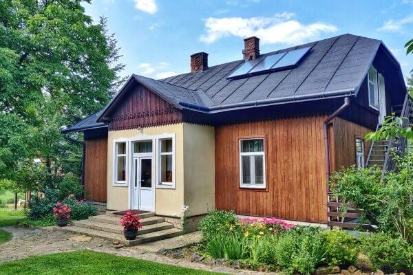 Piękny, drewniany dom wśród drzew