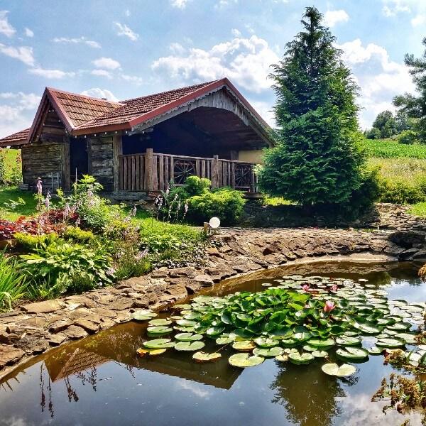 Drewniany domek i oczko wodne